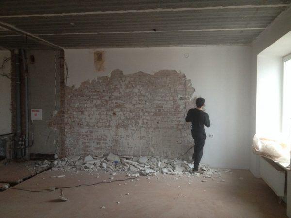 Демонтаж старой краски со стены